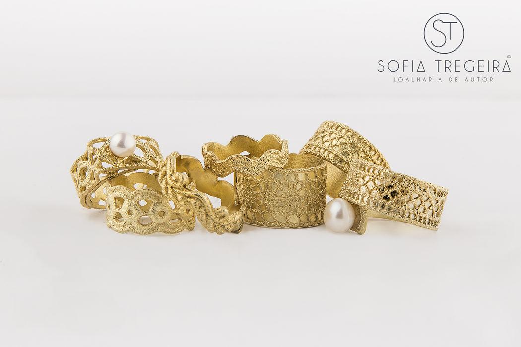 Conjunto de anéis e alianças em prata banhada a ouro e pérolas.