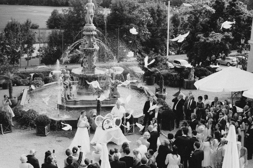 Beispiel: Hochzeitsgesellschaft im Schlossgarten, Foto: Ladies & Lord.