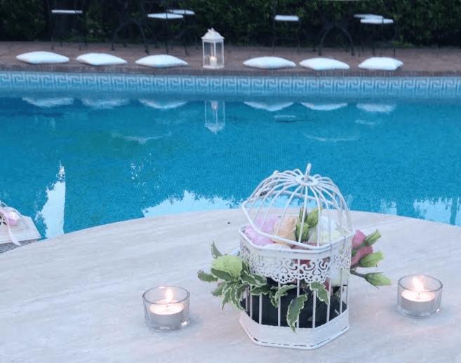 Allestimento floreale a bordo piscina in stile shabby chic