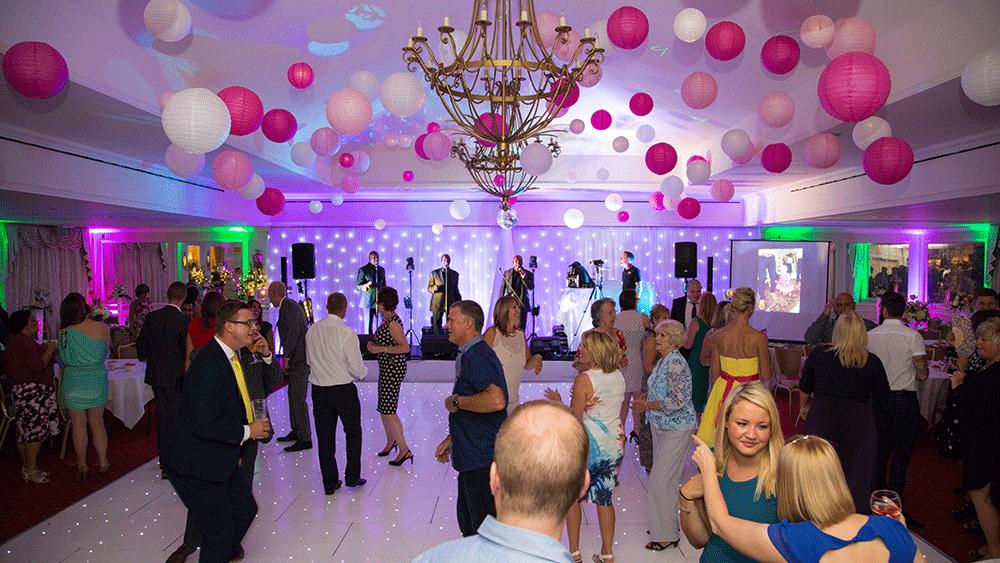 Witte en roze lampionnen zijn een super sfeervolle decoratie op je huwelijk.