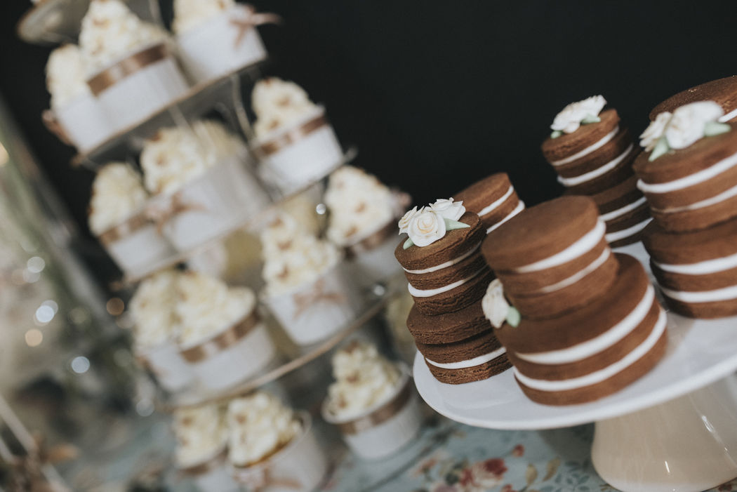 Gallegas de chocolate en forma de tarta y torre de cupcakes