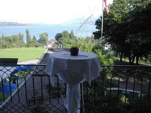 Beispiel: Apéro auf der Terrasse, Foto: Halbinsel Au.