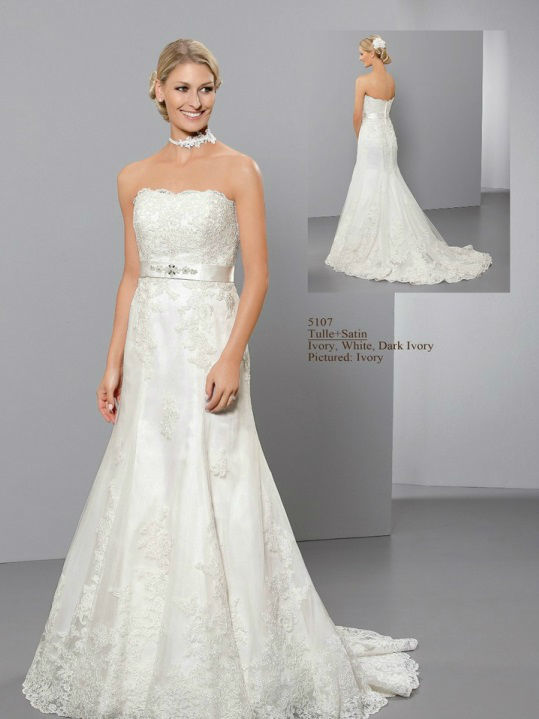 Beispiel: Trägerloses Brautkleid, Foto: Hochzeitsmoden Diener.