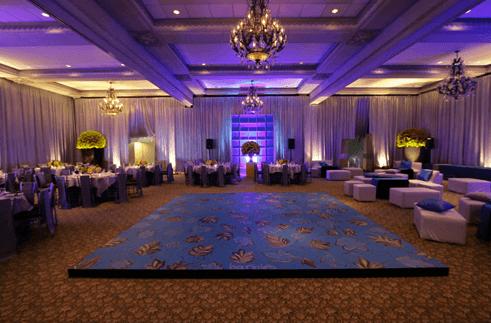 Decoración de salón de fiesta con pistas de baile personalizadas. Foto: Braiolés