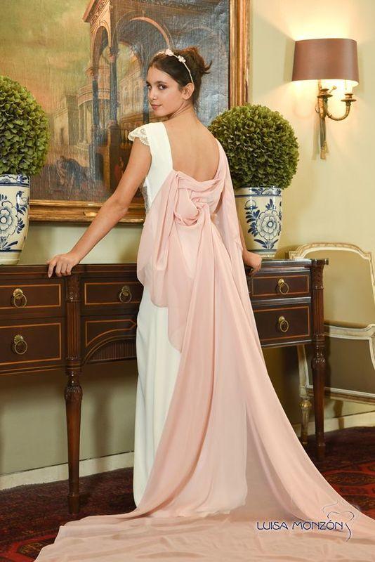 Vestido en crepé con fajín rosa y encaje.