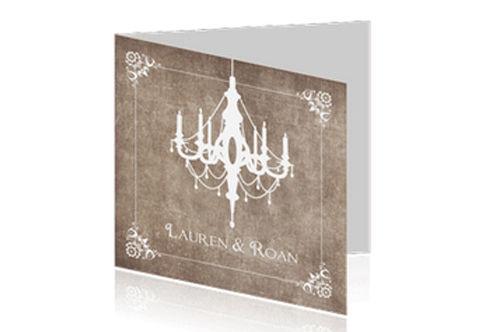 klassieke trouwkaart met mooi kader en een gestileerde keoonluchter