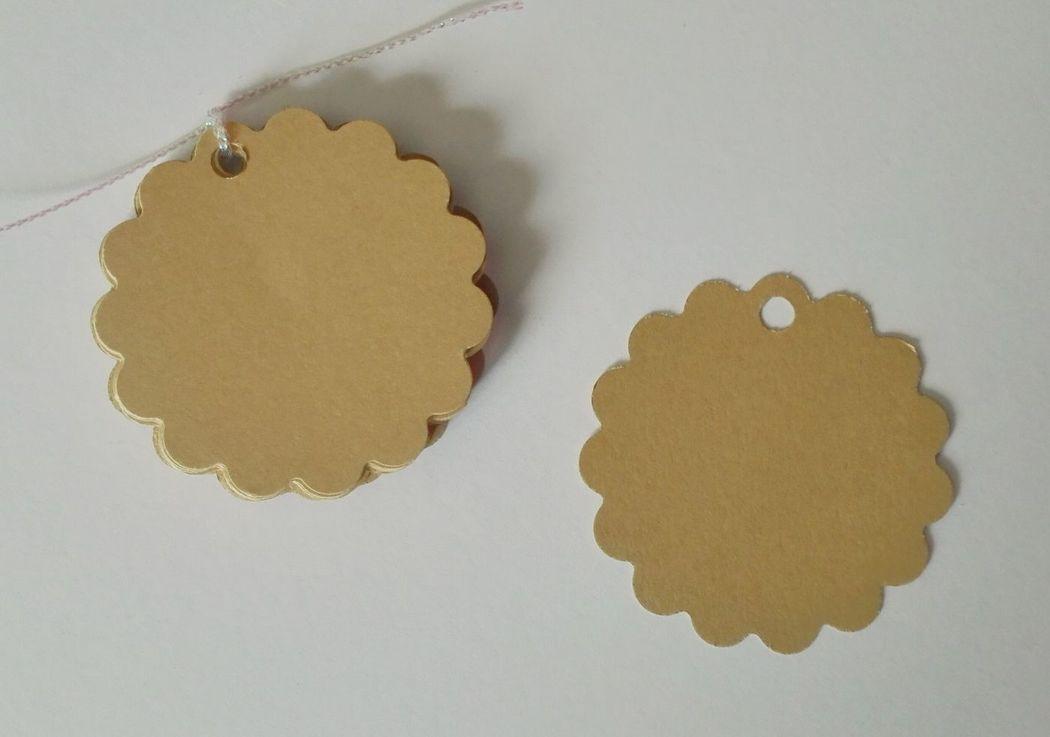 Etiquetas redondas con borde festón, color craft. 5cm diámetro.