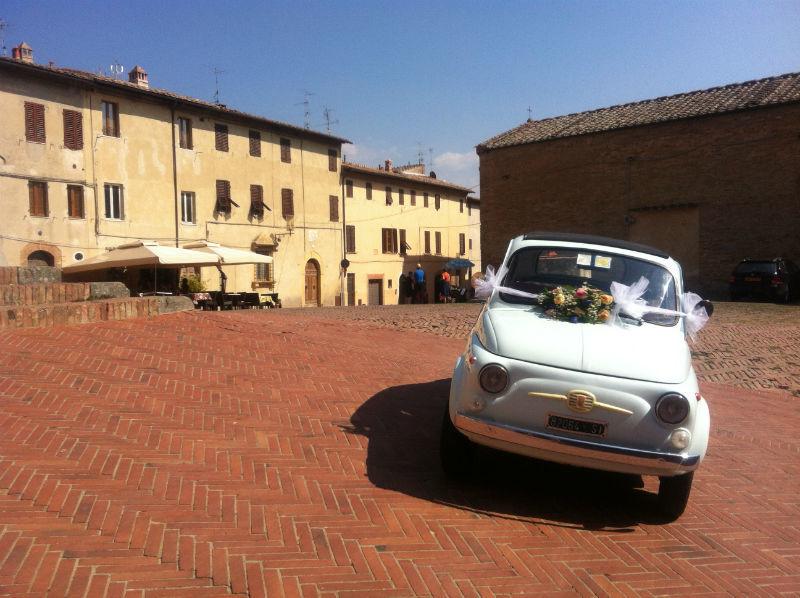 Natuurlijk mag de Fiat 500 niet missen als je trouwt in Italië