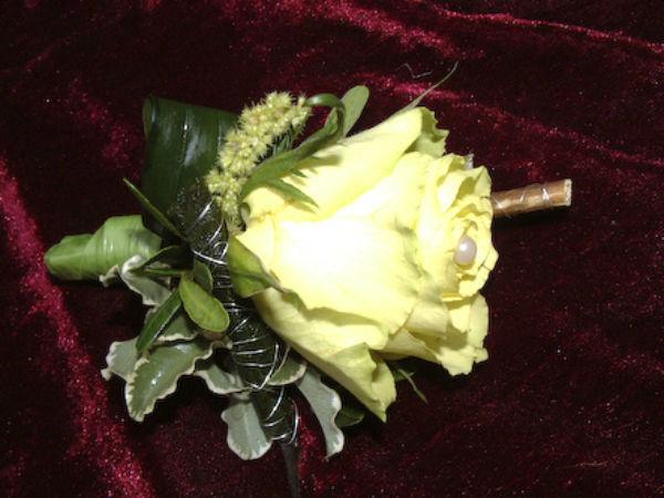 Beispiel: Anstecker, Foto: Love & Flowers.