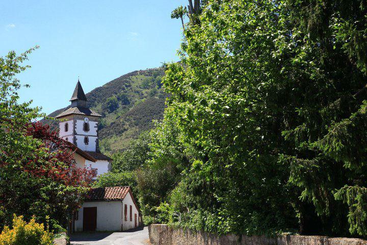 L'eglise d'Itxassou, considérée comme l'une des plus belles du Pays-Basque, à 600m de l'hôtel