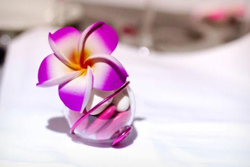 Idée de décoration dragées avec nos fleurs fleurs de frangipanier de 4 cm