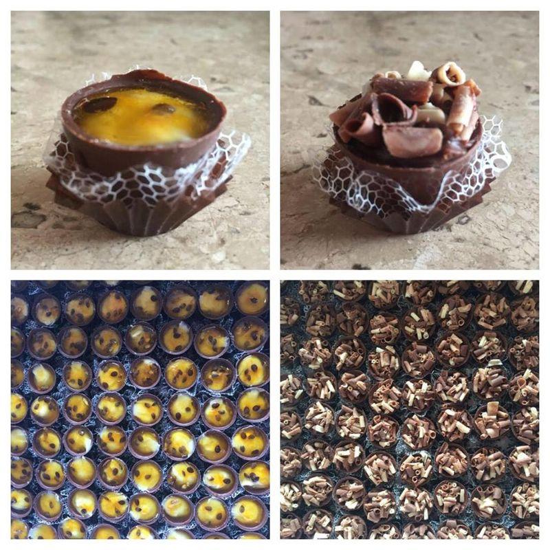 Copinhos de chocolate recheados com brigadeiro de maracujá ou de chocolate.
