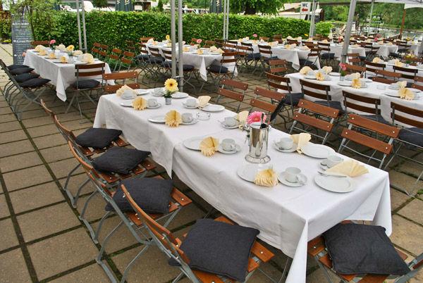 Beispiel: Tische auf der Terrasse, Foto: Freiheit Fünfzehn.