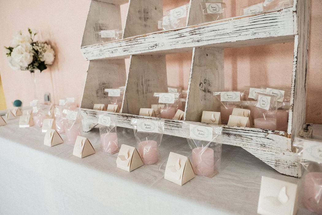 Le coin des cadeaux invités, de belles bougies rosés! Photos : Studio Lm for life