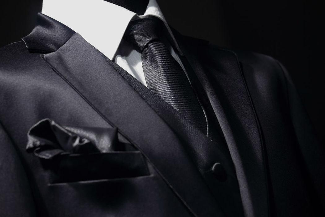 Costume sur mesure en satin de soie avec liseré de 3 mm sur revers de col et gilet et cravate en satin de soie
