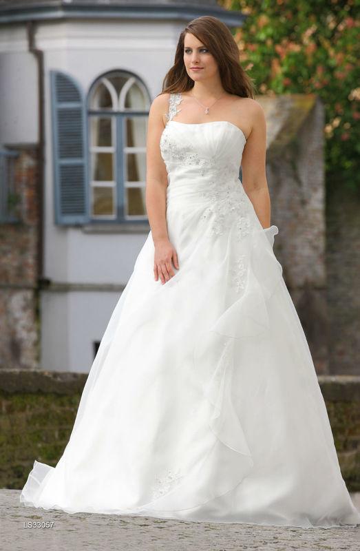Beispiel: Traumhafte Brautkleider in großen Größen, Foto: Brautstudio Sposa Favola.