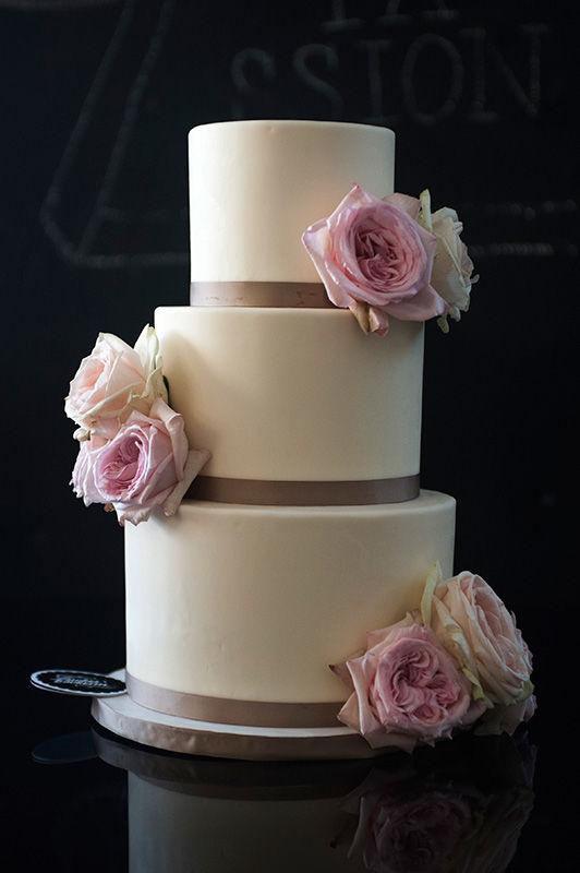 Wedding Cake Fondant mit frischen Blumen | Foto: Die Zuckerbäckerin