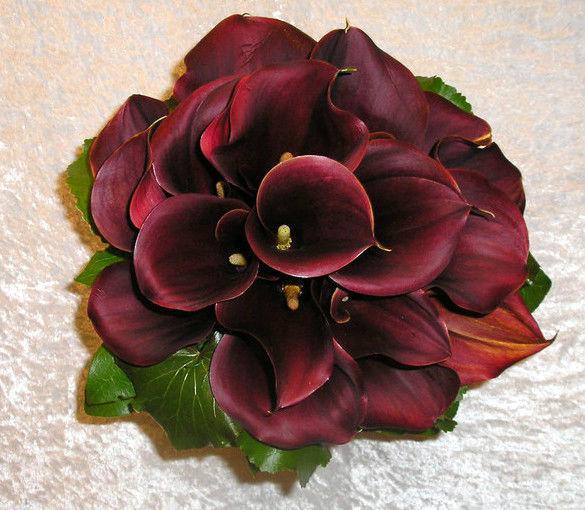 Beispiel: Dunkelroter Blumenanstecker, Foto: Florist Atelier Klotz.
