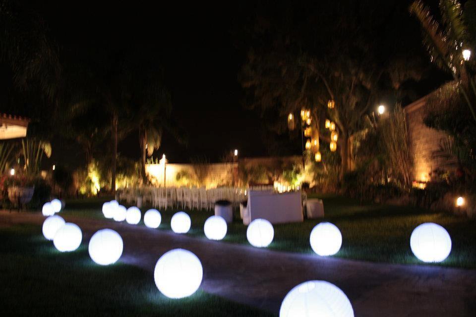 decoración  con esferas o antorchas o velas , tenemos muchas opciones .
