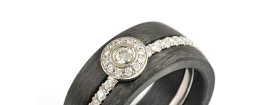 Verlobungsring in Palladium 950 mit weissen Brillanten und Carbon Beisteckringen