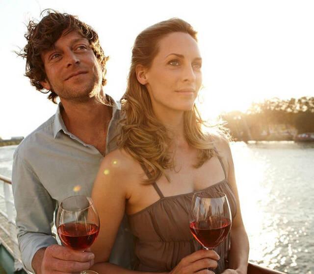 Beispiel: Paar auf Kreuzfahrtschiff, Foto: A-Rosa.