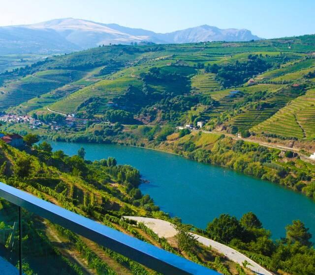 O Chalé é um novo projecto situado nas margens do rio mais bonito do mundo, o Rio Douro.  Parta nesta viagem e descubra um lugar único e deslumbrante para a sua celebração. Chalé Events in Douro