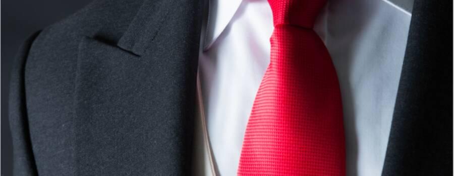 Jaquet gris oxford, con camisa de cuello de vestir, chaleco color hueso y corbata roja. Combinación más atrevida para bodas de día. Disponible en venta sobre medida o en renta.