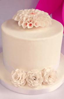 Torta de Boda Blanca Sencilla con Dalias
