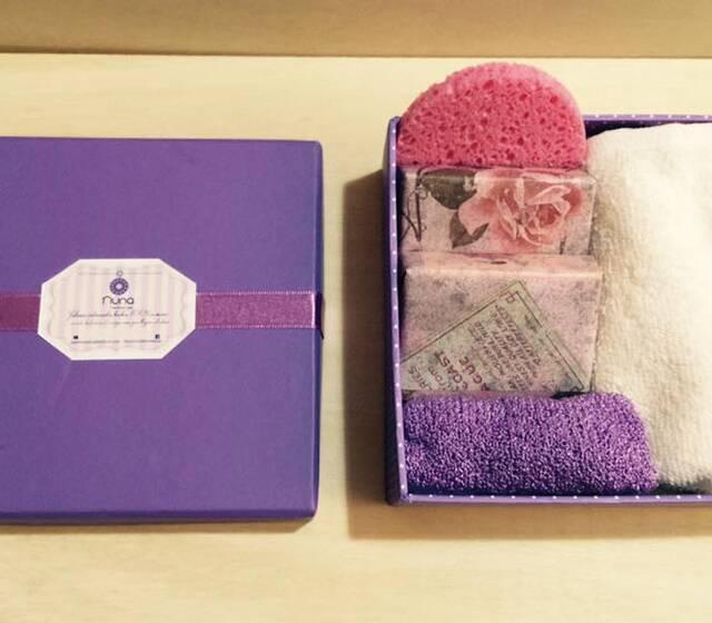 Pack ella: Para engreír el alma de la mujer que más quieres. 2 barras de jabón a elección esponja para rostro guante exfoliante toalla de algodón
