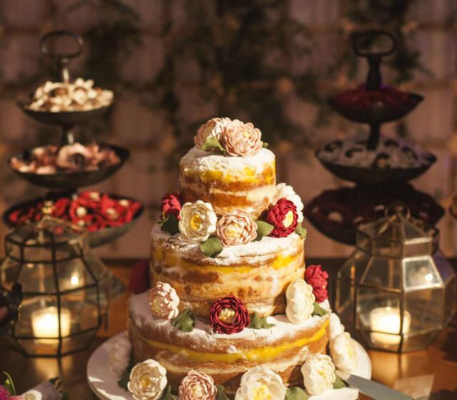 Bolo de casamento Naked Cake com Flores de açúcar em tons marsala, rosa chá e branco- Casal Garcia
