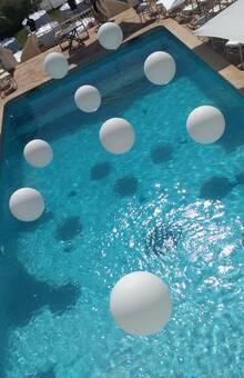 Balões gigantes na piscina