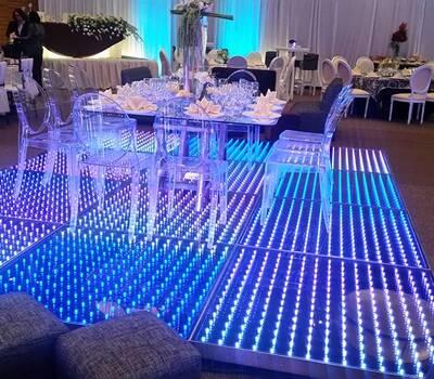 Mesa ghost sobre pista iluminada en 3D. ¡Adorable!