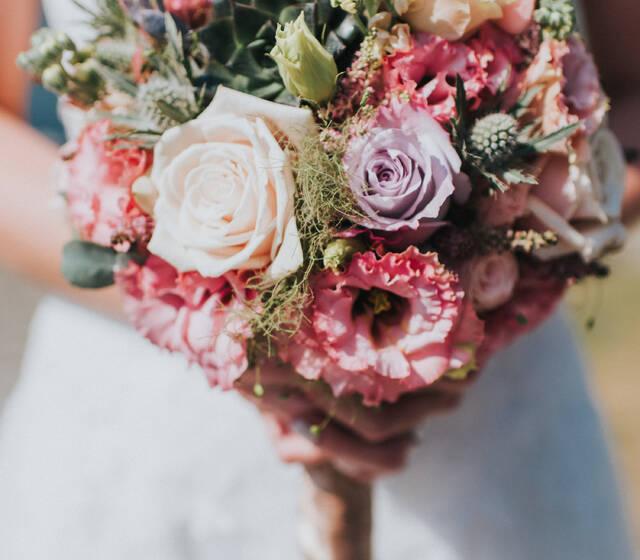 Wir freuen uns  darauf, mit Euch zusammen auf die spannende Suche nach Eurem ganz individuellen Brautstrauß zu gehen. Von klassisch bis modern, von wildromantisch bis verrückt – unsere zauberhaften Brautsträuße lassen jede Braut noch mehr erstrahlen und setzen garantiert ein Highlight.