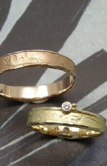 * geelgouden wasstructuur ring met 0,02 crt briljant geslepen diamant * roodgouden wasstructuur ring * trouwringen uit het Oogst atelier
