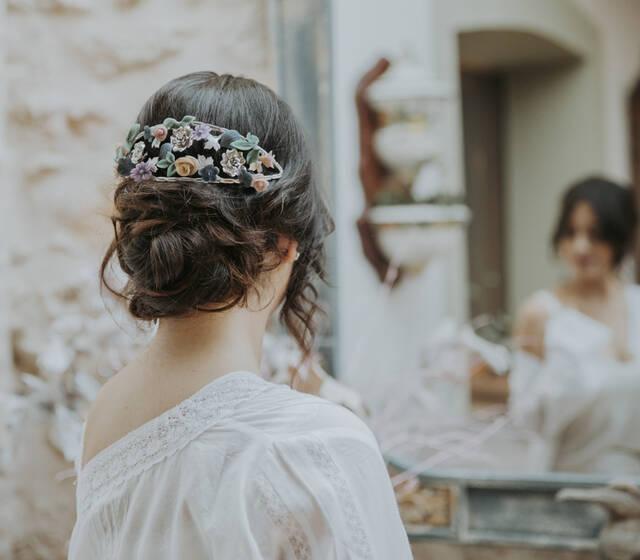Tocado de novia plateado con flores de porcelana en color.