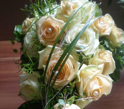 Beispiel: Brautstrauß in Apricot, Foto: Blumenstudio Marzahn.