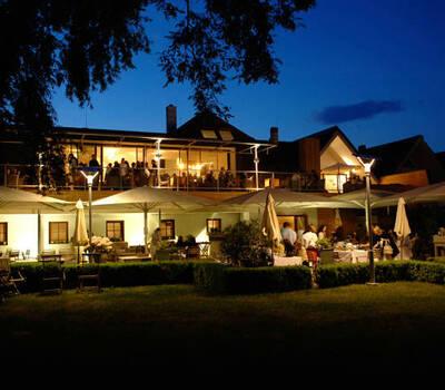 Beispiel: Hoteldorf, Foto: Hoteldorf Seepark Weiden.