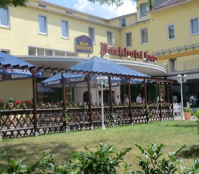 Beispiel: Vorderseite mit Biergarten, Foto: Best Western Parkhotel Krone.