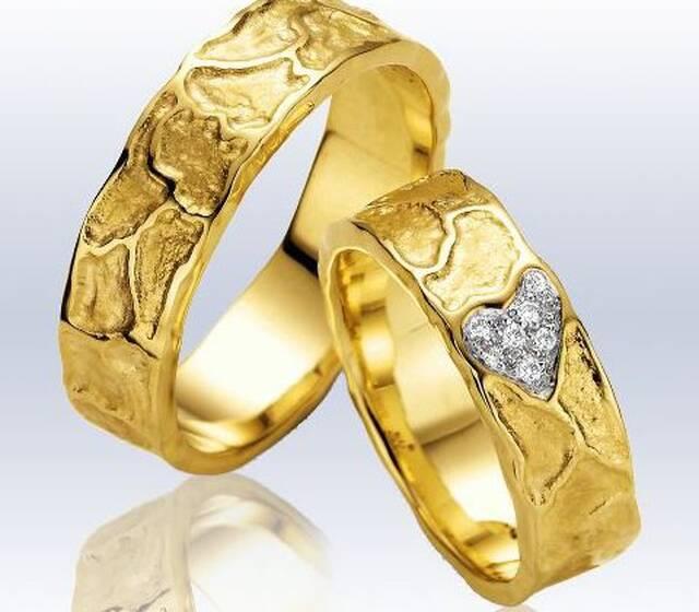 Beispiel: Trauringe gold mit Brillantherz, Foto: Trauringe 24.