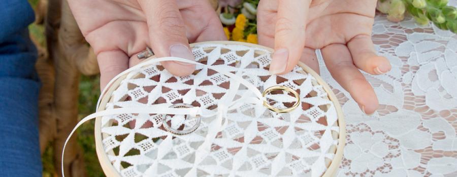 Support pour alliances en dentelle coton pour un mariage bohème et romantique