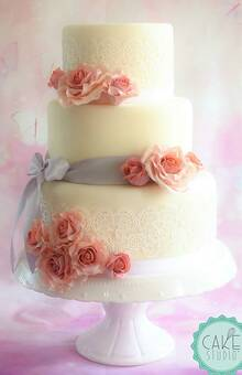 wedding cake romantica con rose in pasta di zucchero e pizzi