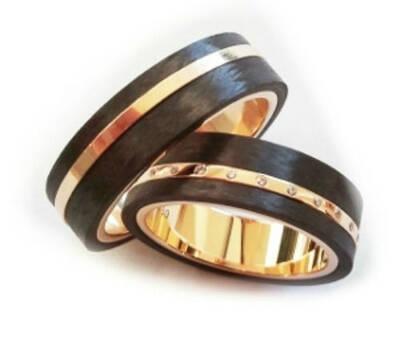 Beispiel: Ring in Bicolor in Gold mit hölzernen Elementen, Foto: Schmuck Hautnah.