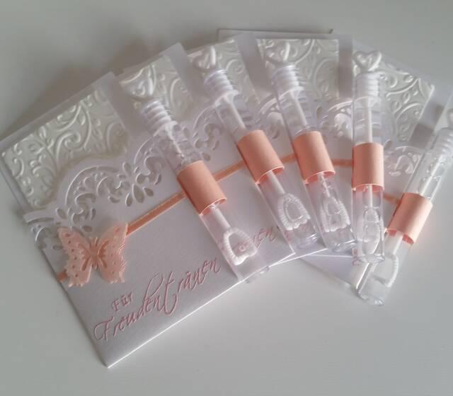 Freudentränentasche gestanzte Spitze mit Schmetterling und Weddingbubbles, Foto: Cardlove.de.