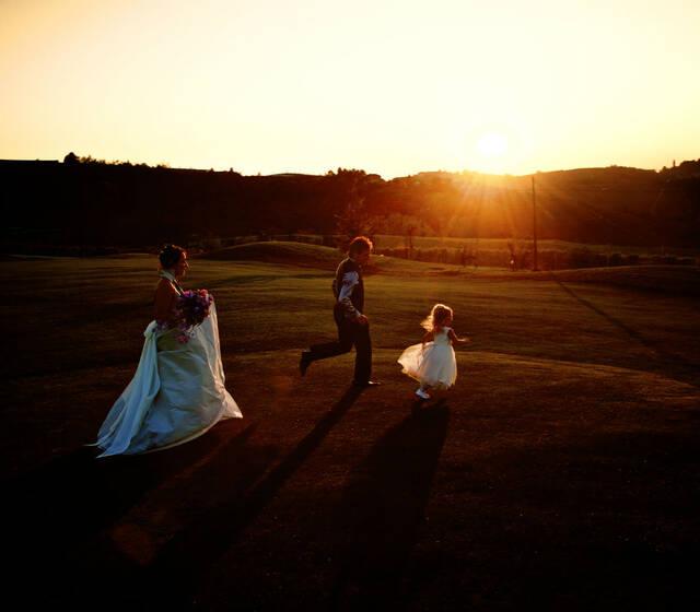Sposi nel campo da golf con damigella