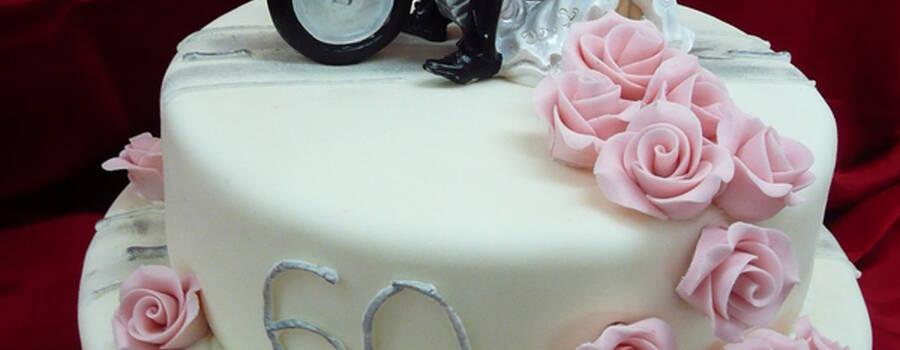 Beispiel: Hochzeitstorte mit Figuren, Foto: Cafe Kiess.