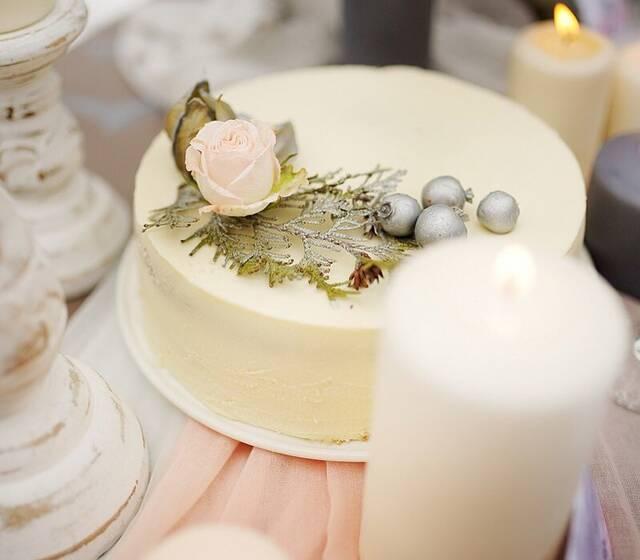 Нежнейший малиновый торт , оформленный с стиле зимней свадьбы