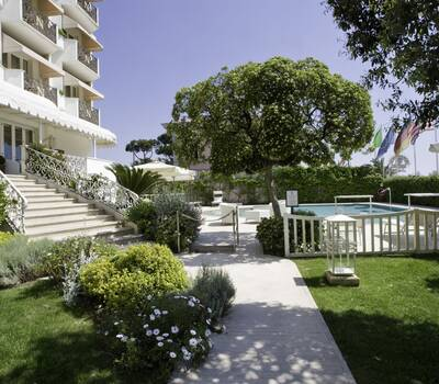 Hotel Il Negresco facade&garden
