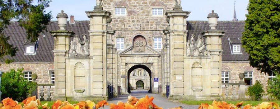 Beispiel: Einfahrt zum Schloss, Foto: Wasserschloss Lembeck.
