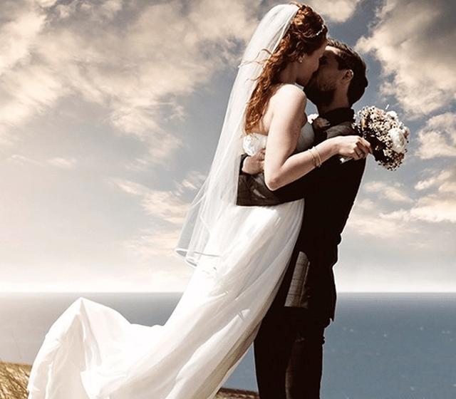 Beispiel: Glückliches Brautpaar, Foto: Sanela Brautmoden.
