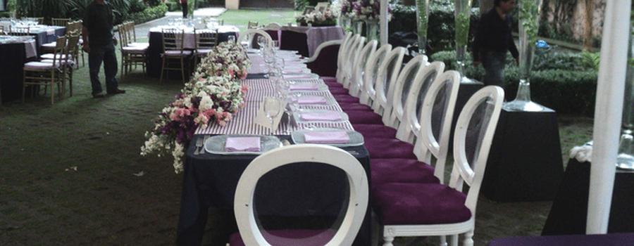 Montaje y decoración de banquete en color violeta con sillas estilo Luis XV - Foto Gastro Uno Banquetes